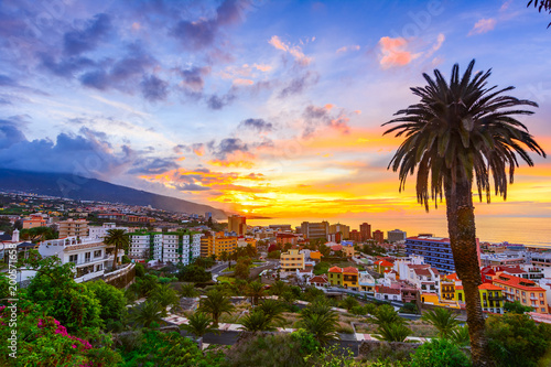 Montage in der Fensternische Kanarische Inseln Puerto de la Cruz, Tenerife, Canary islands, Spain: Sceninc view over the city at the sunset time