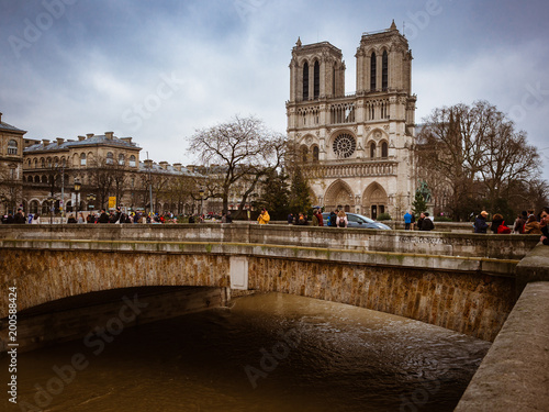 Fotografia  Notre Dame Cathedral is located in the heart of Paris on the largest island of the Seine