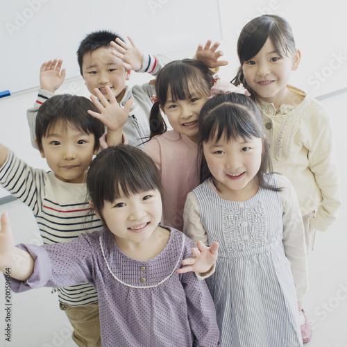 手を振る子供たち