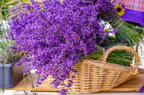 Photo Stands Lavender Bouquets de lavande dans le panier. Marché provençal.