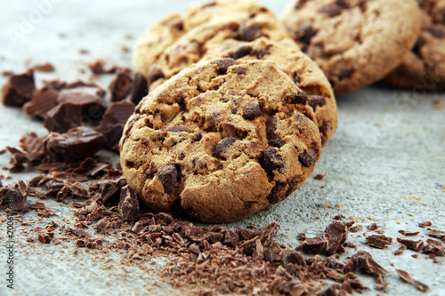 Crédence de cuisine en verre imprimé Biscuit Chocolate cookies on grey table. Chocolate chip cookies shot
