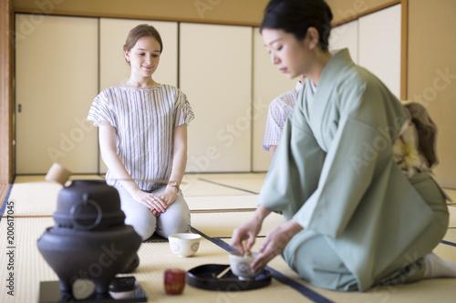 茶道を体験する外国人観光客