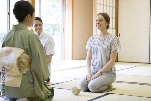 茶道を体験する男女の外国人観光客