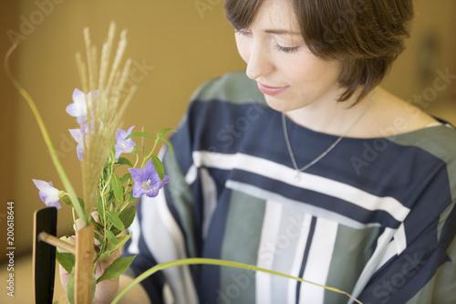 花を生ける外国人女性