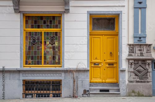 Façade entrée maison belge