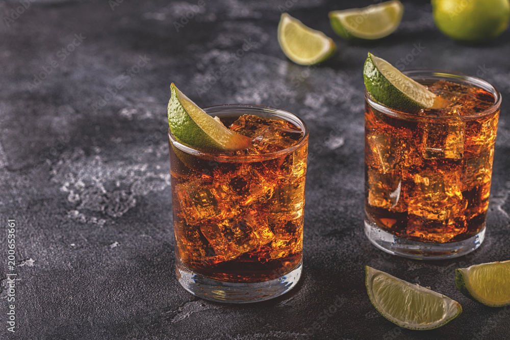 Fotografiet Rum and Cola Cuba Libre with Lime and Ice