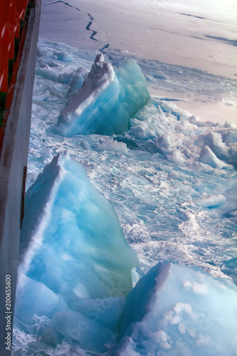 Deurstickers Poolcirkel Nuclear-powered icebreaker solivet powerful first-year ice