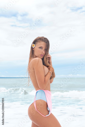 Autocollant pour porte Akt Sexy girl with a gorgeous body enjoying a holiday near the ocean