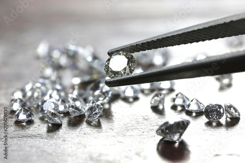 Foto brilliant cut diamond held by tweezers