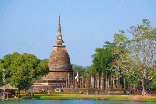 Foto  View of the ruins of the ancient Buddhist temple of Wat Sa Si on a sunny day