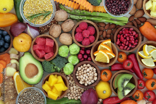 La pose en embrasure Assortiment Health food selection with fresh vegetables, fruit, herbs, pulses, seeds and nuts. Super foods concept very high in antioxidants, fibre, smart carbohydrates, anthocyanins and vitamins.