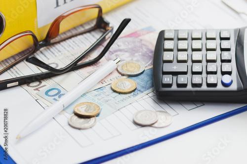 Fotografía  Clean insurance blank, Polish zloty, calculator and glasses