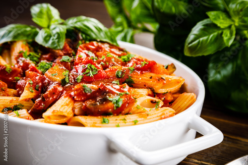 Canvastavla Penne with meat, tomato sauce and vegetables