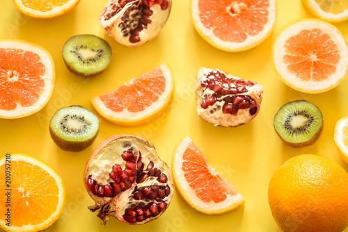owoc-na-zoltym-tle