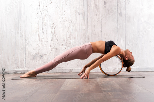 Staande foto School de yoga Young fit woman doing purvottanasana yoga pose