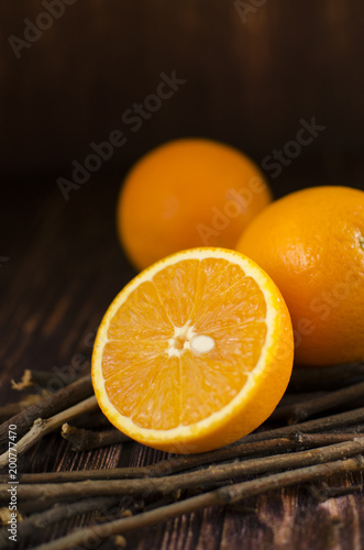 Poster Sap Orange slices on a wooden table