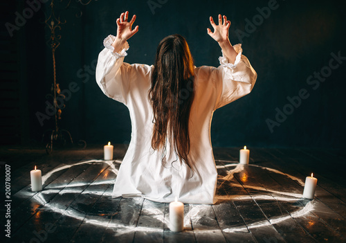 Witch produces occult ritual in pentagram circle Fototapet