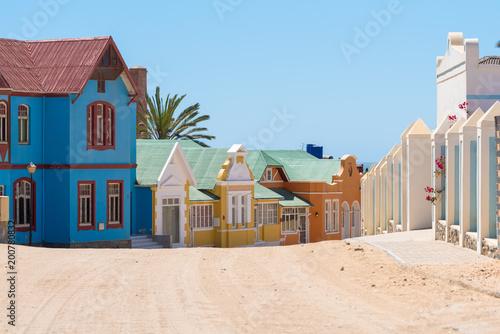 Türaufkleber Afrika Farbige historische Häuser in der Bergstraße, Lüderitz, Namibia