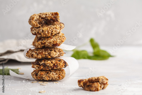Foto op Plexiglas Koekjes Vegan oatmeal cookies with dates and a banana. Healthy vegan detox dessert on a light background, copy space