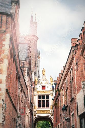 Deurstickers Brugge Durchgang zum Burgplatz in Brügge zwischen dem Rathaus links und der alten Kanzlei rechts