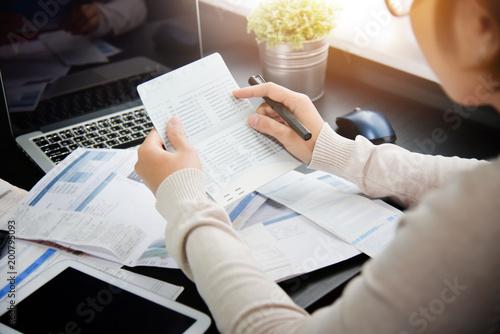 Fotografía  Woman calculating her Debt.