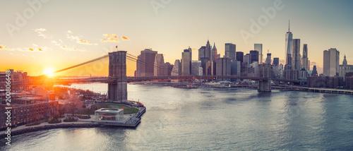 Foto op Aluminium New York Panoramic view of Brooklyn bridge and Manhattan at sunset, New York City