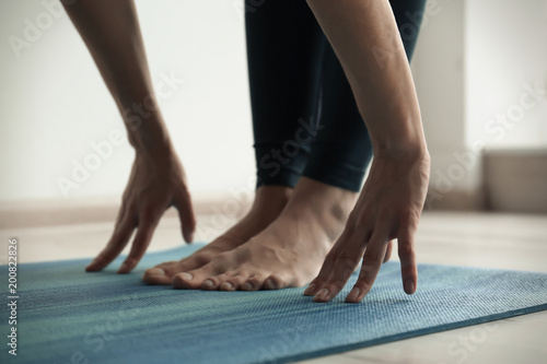 Staande foto School de yoga Young woman practicing yoga indoors, closeup