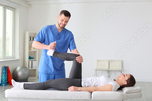 Fotografía  Physiotherapist working with female patient in clinic