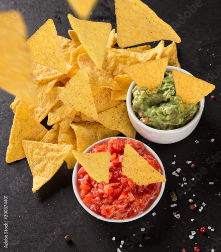 Staande foto Vlees Mexican nacho chips and salsa dip