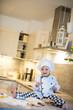 kleiner Junge in der Küche