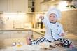 Kind macht einen Kuchen