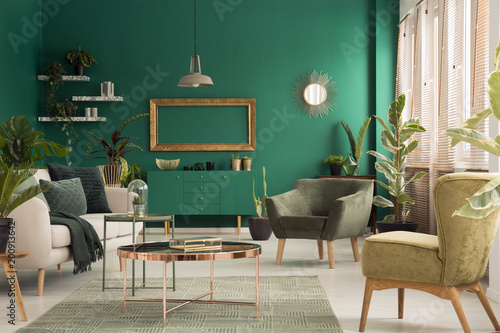 Poster Wintersporten Green spacious living room interior