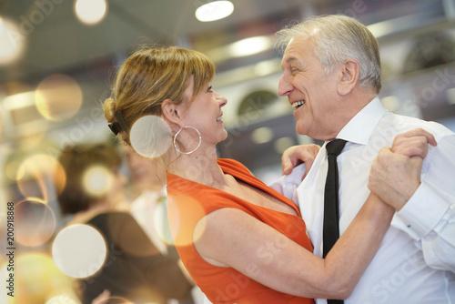 Küchenrückwand aus Glas mit Foto Tanzschule Romantic senior couple dancing together at dance hall