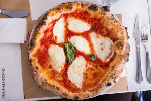 Pizza rotonda servita nel piatto