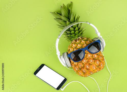 Cadres-photo bureau Magasin de musique Pineapple fruit with headphones top view