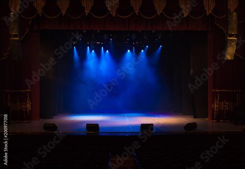 Plakat Pusta scena teatru, oświetlona reflektorami i dymem przed spektaklem
