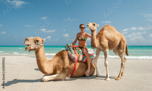 Fotomural Pretty Young Woman Sitting on a Camel