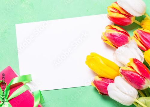 Plakat Tło wakacje lub karty z pozdrowieniami. Kwiat i pudełko.