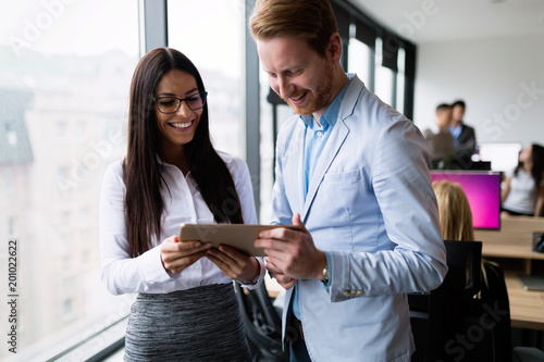 Photo  Attractive business couple using tablet in their company
