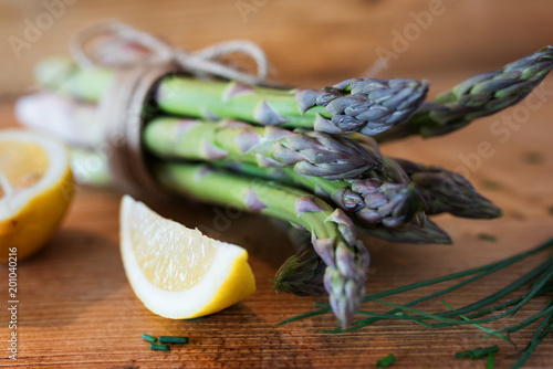 Papiers peints Jardin Fresh green asparagus with lemon