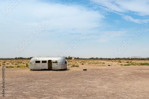 In de dag Route 66 Abandoned trailer in the desert