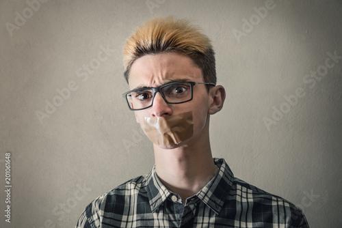 Fotografie, Obraz  ragazzo con il nastro adesivo per pacchi sulla bocca