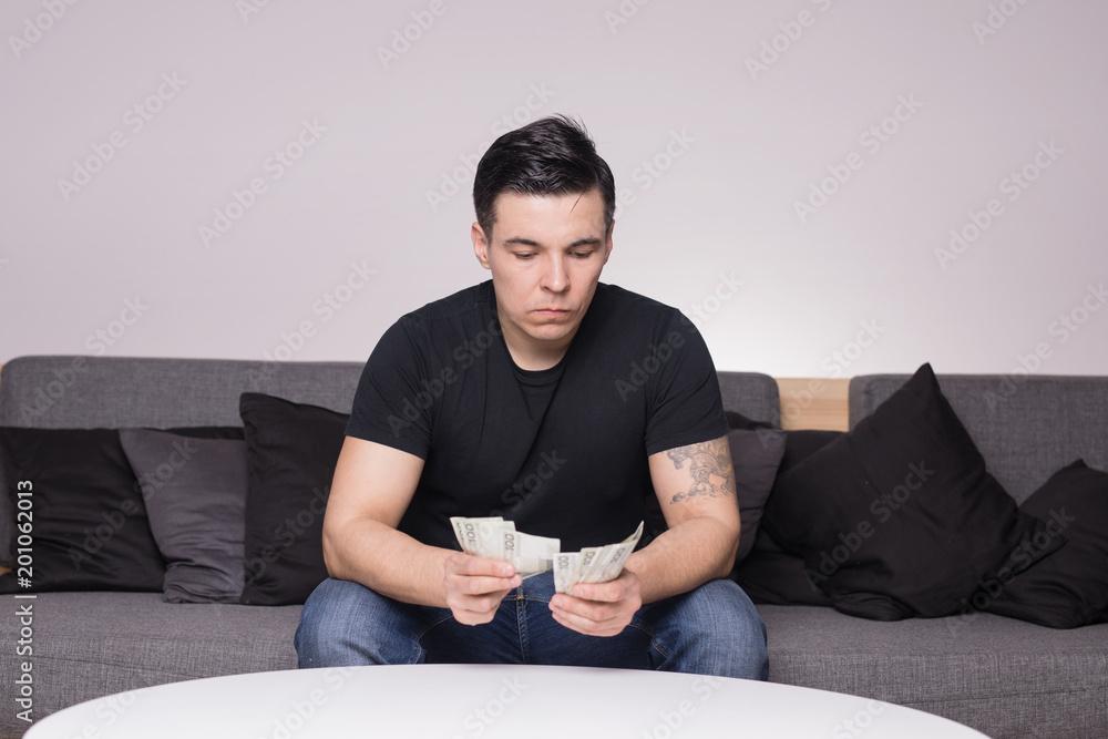 Fototapeta Młody mężczyzna liczy pieniądze - finanse nieruchomości inwestycje