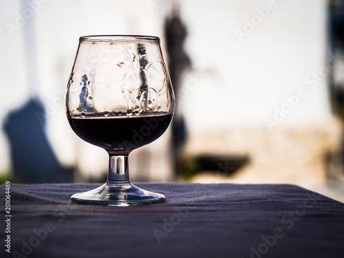 Photo Un bicchiere di amaro dopo un pasto