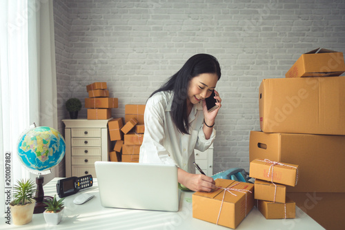 Photo  Young woman small business owner online shopping at home
