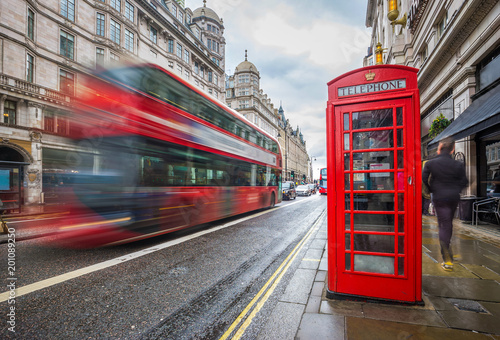 Türaufkleber London roten bus London, England - Iconic blurred red double-decker bus on the move with traditional red telephone box in the center of London at daytime