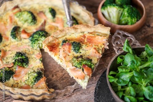 Fotografía tarte et part au saumon et brocolis 4