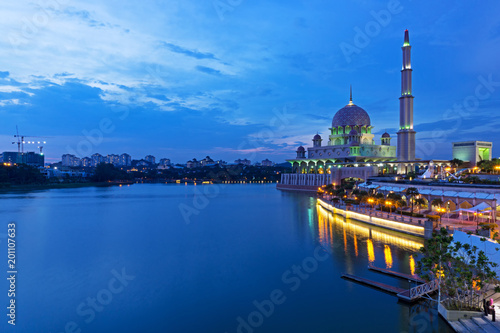 Fotografía  Night view of Putrajaya Mosque in Federal territory on Malaysia