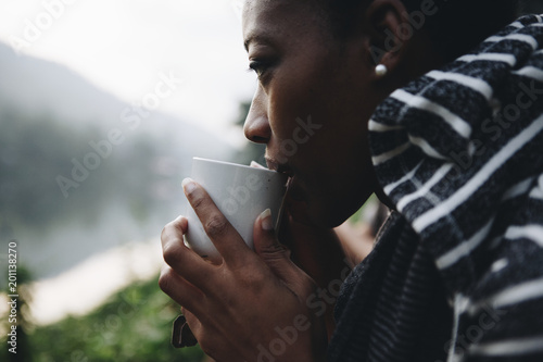 Poster Wintersporten Woman enjoying morning coffee in nature