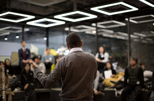 Fotografía  Man Presenting to Group of People